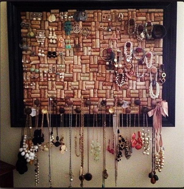 Place all kinds of accessories on the wine cork board for decoration.