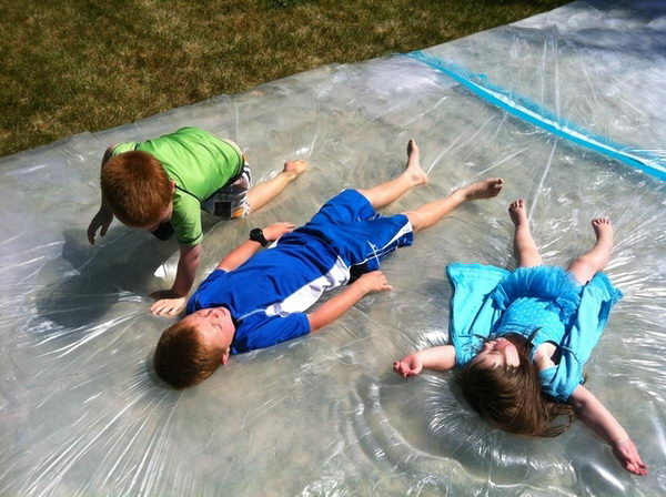 Giant Outdoor Water Bed for Kids. Interesting things to do out there in your backyard. So simple and cheap to make, and you could play them with your kids or family anytime.