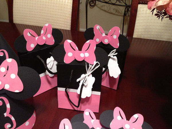 Look at these cute party favor bags. I like the stylish creation of Walt Disney design, you see, there are adorable resembling Minnie dress and bow. It's perfect to celebrate this party with party bags with handles.