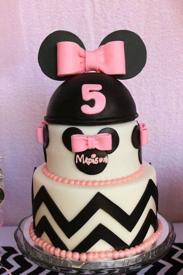 Wow, such a gorgeous Mickey mouse shaped cake, this multi-layer cake combines cute Mickey mouse head as well as bows. Well, the kids just can't wait to bite a bit of it.