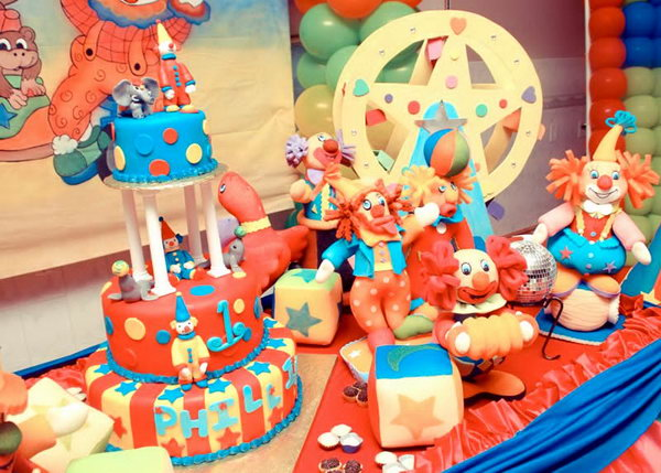 What a great circus and crown themed birthday party. This party has every detail babies loves. Lots of balloons in bright colors, great fun pictures and designs to look at. And a great cake.