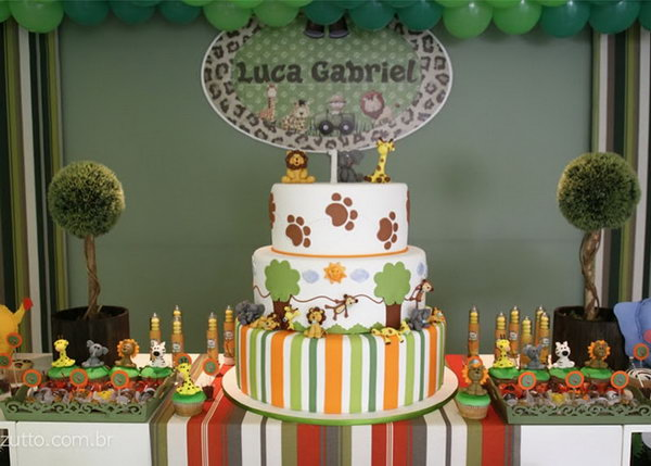 Safari themed birthday parties for babies have become so ... hot. Kids usually have strong liking of animals. It's hard to imagine a baby boy not in fond of this party design.
